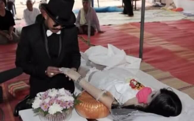 Casamento no velório, Tailândia: Chadil Deffy homenageou sua noiva, Ann Kamsuk, se casando com ela após sua morte, em 2012. Foto: Reprodução/Youtube