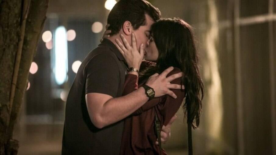 Júlio e Antônia se encontram na vila e se beijam