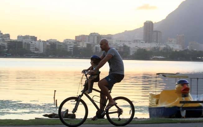 Nalbert passeia com a filha de bicicleta pela orla da Lagoa Rodrigo de Freitas, no Rio