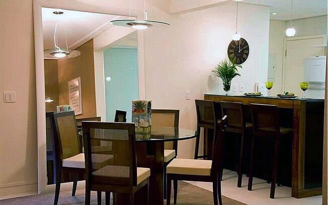 decoracao cozinha flat:espelho encostado na parede é um recurso para aumentar a dimensão