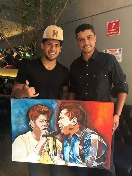 Zé Felipe recebe quadro das mãos de Leandro Junior