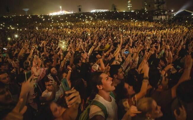 Público não desgruda dos celulares no Lollapalooza