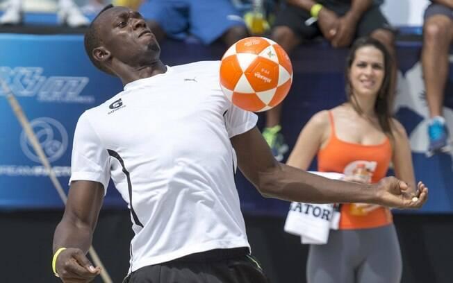 Bolt também se divertiu uma partida de  futevôlei no sábado