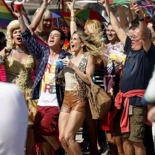 """Personagens de """"Insensato Coração"""" participam de parada gay"""