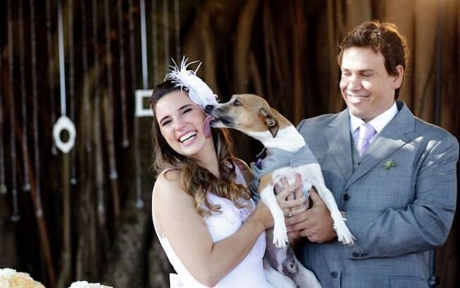 Costelinha lambe a dona, a noiva Ana Helena, observado pelo noivo Denis: treinamento caseiro