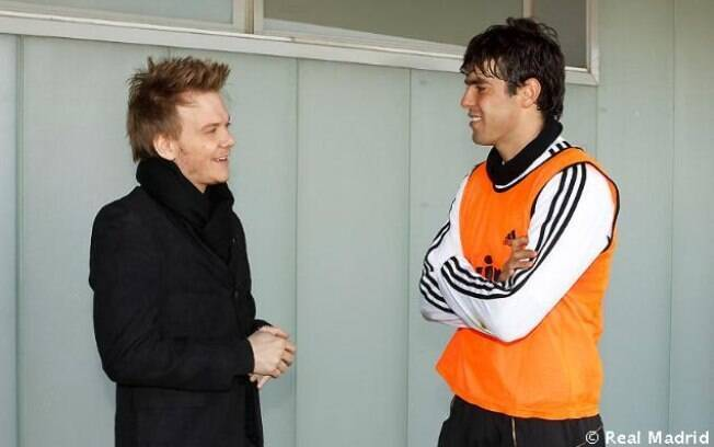 Michel Teló e Kaká conversando durante o treino do time espanhol