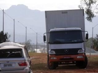 Cidades - Itatiaiucu - MG Roubo de carga milionaria de eletronicos , que era acompanhada por escolta em Itatiaiucu .  FOTO: FERNANDA CARVALHO / O TEMPO - 16.07.2014