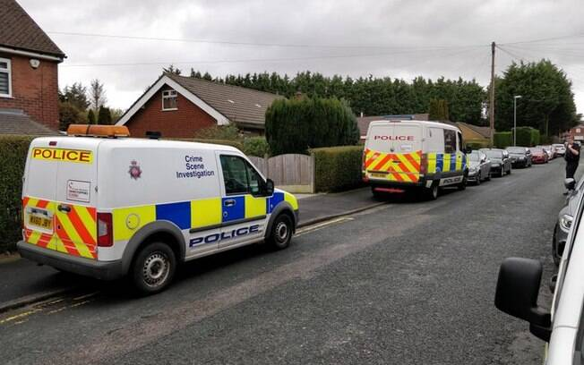 Carros da polícia na rua em que ocorreu o assassinato