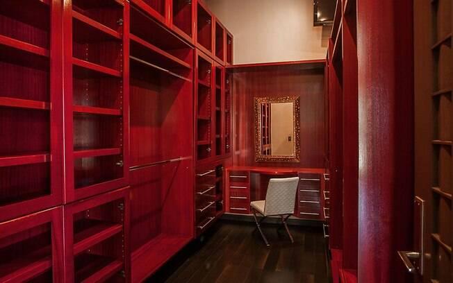 Discreta no quarto, a cor vinho ganha força e predominância no ex-closet da cantora