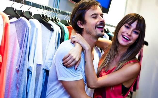 O casal de atores comemorou a chegada do novo sócio da grife, o estilista Ricardo Almeida