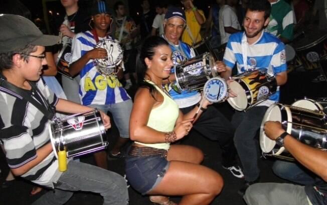 Cinthia Santos dançou no meio dos ritmistas e foi até o chão