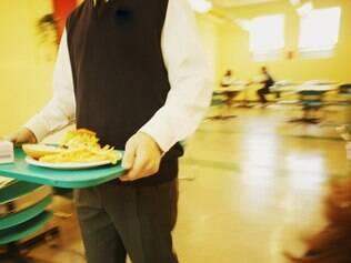Especialistas explicam que quem come com pressa tem mais risco de engordar