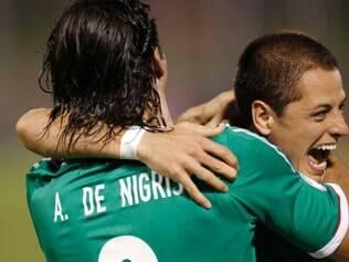 Chicharito comemora com De Nigris o gol da vitória mexicana