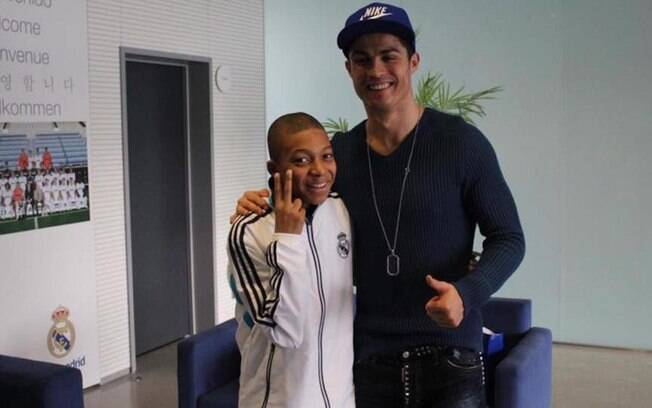 O pequeno Mbappé posa ao lado do ídolo Cristiano Ronaldo