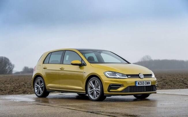VW Golf amarelo