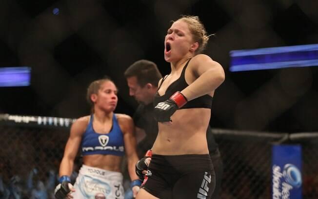 Ronda Rousey comemora vitória sobre  Liz  Carmouche na primeira luta entre mulheres no UFC