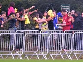 Julio Cesar distribuiu autógrafos e posa para fotos com os fãs