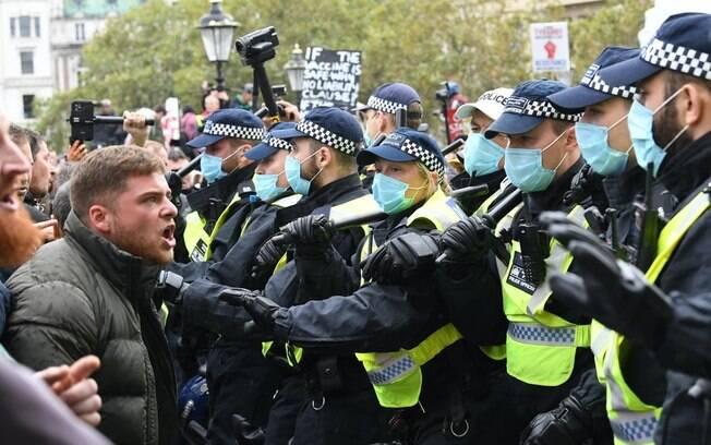 Manifestantes e policiais se enfrentam