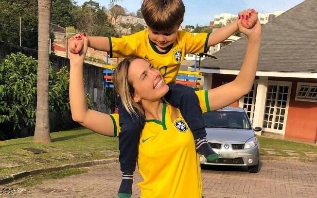 Equipe digital de Thaeme, da dupla com Thiago,cometeu gafe ao publicar imagem da cantora desejando o hexa brasileiro depois da seleção ser derrotada pelo time da Bélgica
