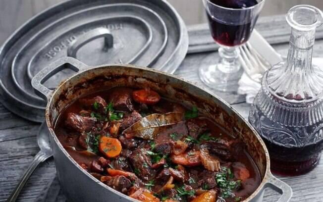 Beef Bourguignon é um picadinho de carne com legumes que é cozido com vinho tinto