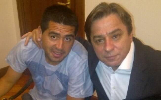 Riquelme posa ao lado de Arnaldo Tirone: presidente do Palmeiras em 2013 disse ter acertado com o meia argentino, que nunca chegou. Foto: Reprodução