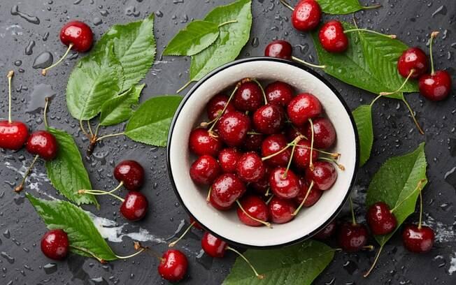 A cereja tem benefícios como ajudar a combater a insônia e contribuir com o emagrecimento