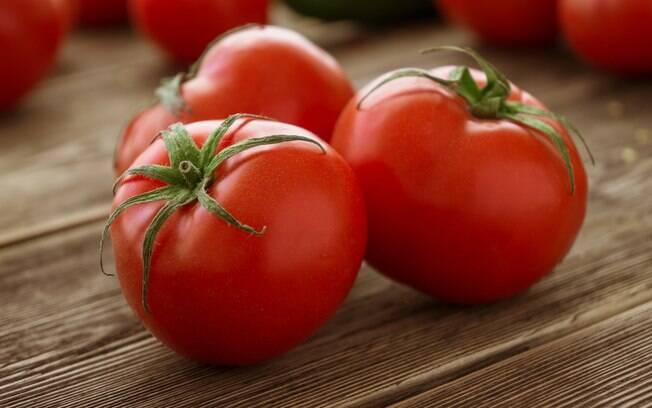 Tomate faz bem para a saúde, combina com receitas rápidas e ainda é um alimentos para perder barriga