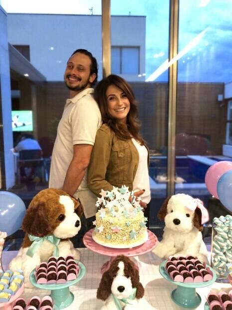 Renata Maranhão celebra a boa notícia ao lado do marido, o executivo   Gustavo Romboli