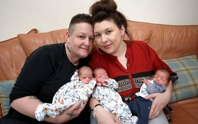 O casal comemora a chegada dos três filhos