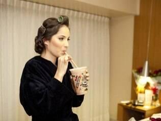 Adriana toma um milkshake no hotel: cuidado com horários deve ser dobrado