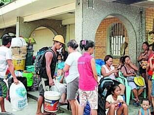 Moradores preparados para deixar a costa, temendo efeitos do tufão