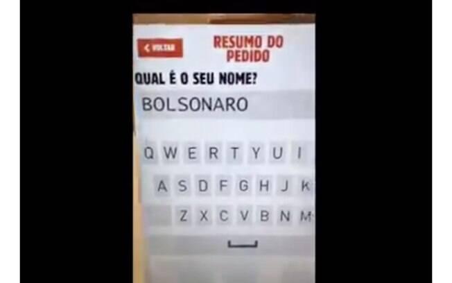 No vídeo, gravado na última terça-feira (16), um rapaz tenta digitar