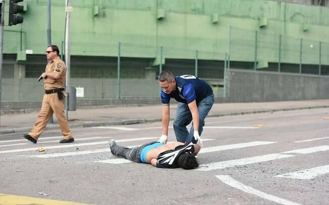 Torcedor do Corinthians fica caído no asfalto após briga com fãs do Coritiba
