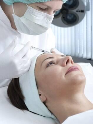 A injeção de toxina botulínica tem como objetivo paralisar os músculos que causam linhas de expressão