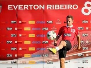 Everton Ribeiro assinou contrato, de quatro anos, esta manhã