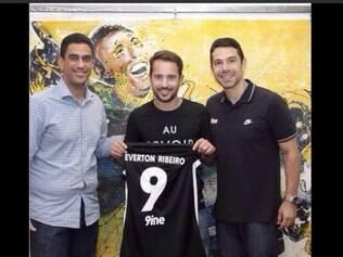 Ronaldo postou foto no twitter, com o Everton Ribeiro já com a camisa da empresa