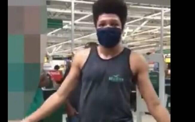 Segurança tentou barrar o homem por causa do seu short.
