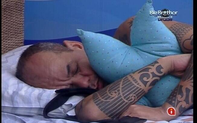 Todos os brothers voltam a dormir depois do toque de despertar e do Raio-X