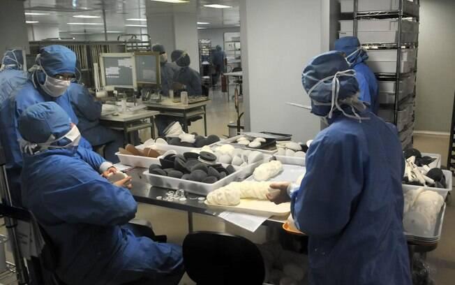 Funcionários da Silimed com os moldes que servirão para as próteses de silicone