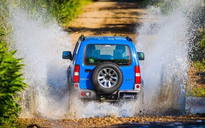 Apesar de ser compacto, o jipinho é valente em trechos fora de estrada, inclusive os que estiverem alagados
