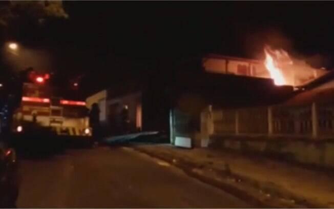 Segundo o Corpo de Bombeiros de Betim, fogo começou após fogueira ser iniciada no local