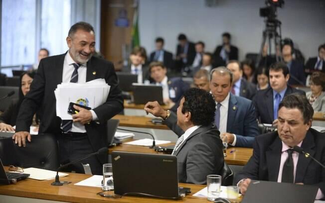 Senadores Telmário Mota (PDT-RR) e Magno Malta (PR-ES) durante reunião da Comissão Especial de Impeachment no Senado. Foto: Jefferson Rudy/Agência Senado