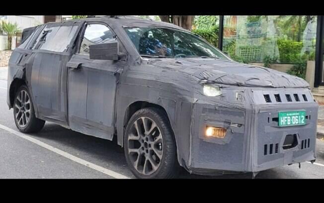 Jeep de 7 lugares é flagrado em testes no Brasil, onde deverá ser lançado no fim do ano com traços do Cherokee