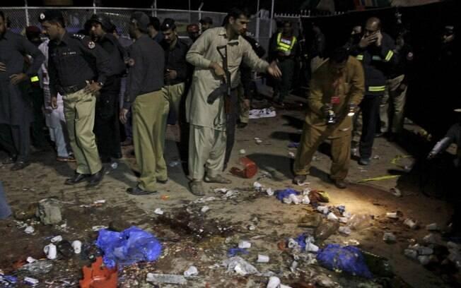 Guardas observam estragos causados pela explosão na cidade de Lahore, uma das maiores do país