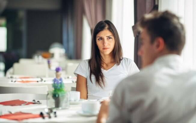 Ser inteligente ou sociável demais faz as mulheres perderem interesse nos relacionamentos