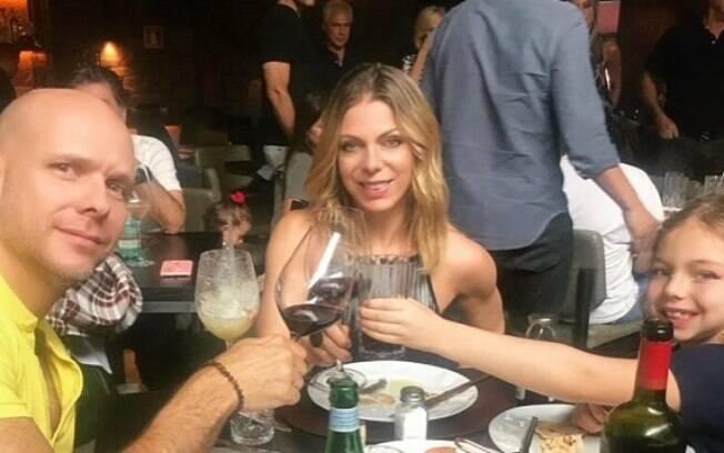 Sheila Mello brinda com Xuxa e a filha