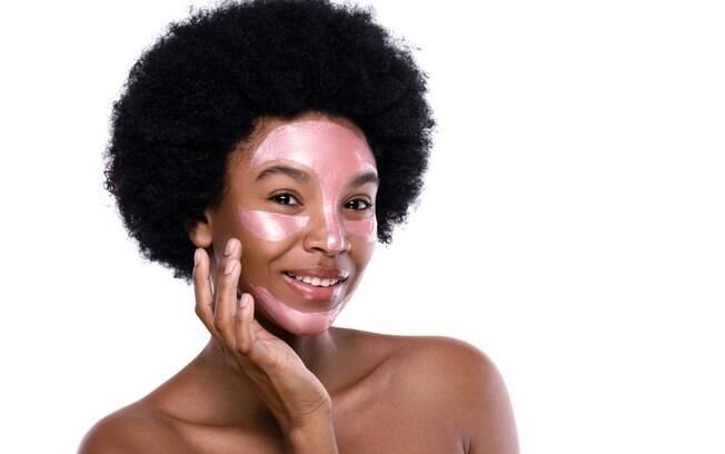 Uma das etapas mais queridinhas do skincare é a máscara facial; aprenda quando usar