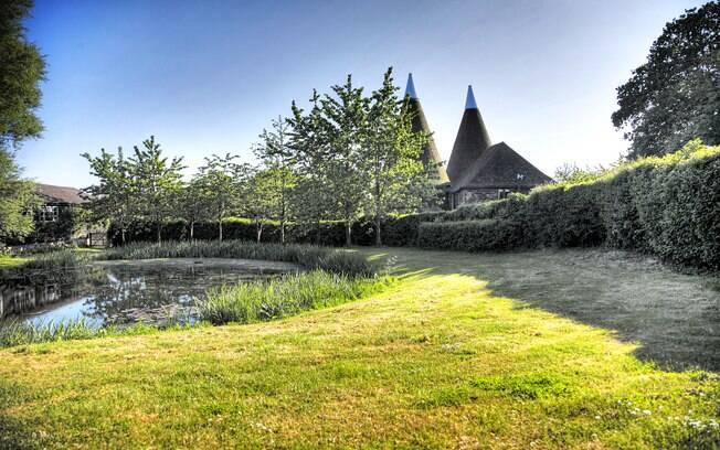 Riacho e igreja na vila de Pluckley, no Reino Unido