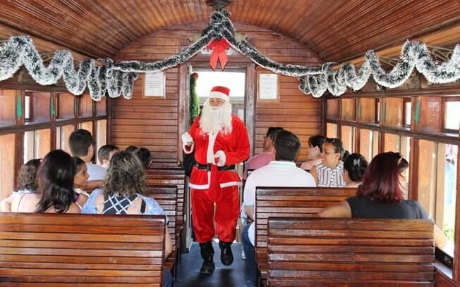 Papai Noel distribuindo balas no trem.