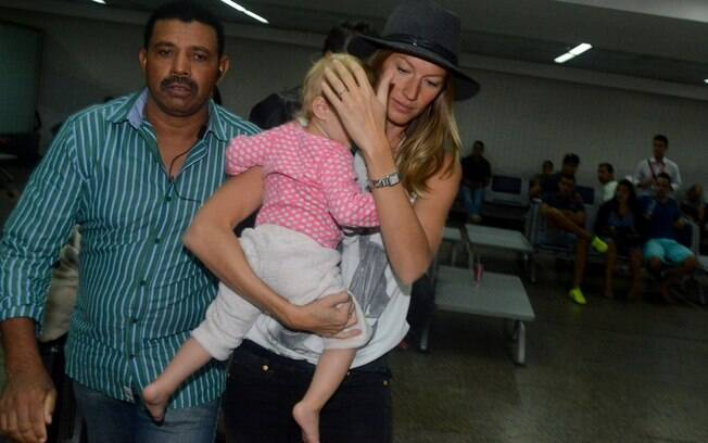 Gisele Bündchen chega ao Brasil com a caçula Vivian Lake